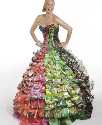 photo via http://www.creativelyrecycling.com/2011/03/recycled-dresses.html